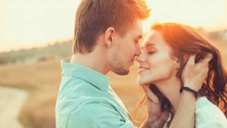 Et par som kysser i solnedgangen