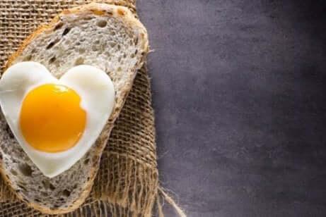 Et stekt egg på en brødskive