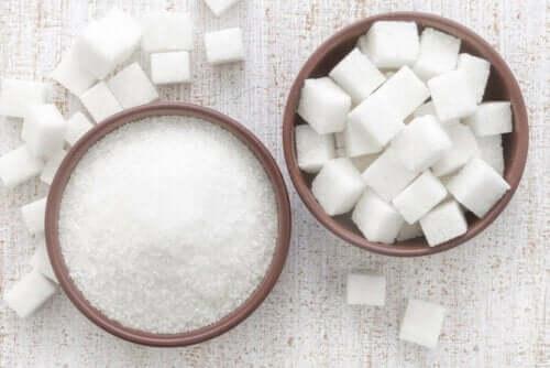 Hvitt sukker og hvite sukkerbiter.