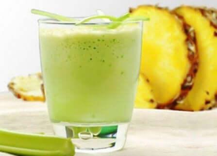 Juice av appelsin, ananas og mynte for å eliminere giftstoffer