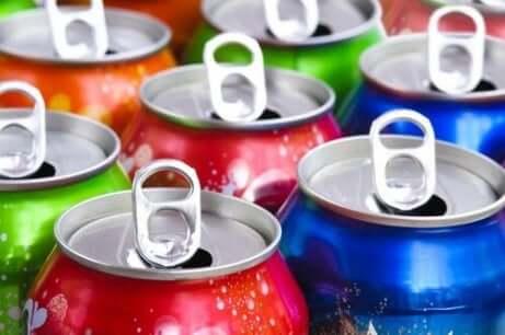 Noen åpnede bokser av kullsyreholdige drikker i forskjellige farger.