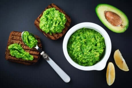 Pesto, avokado og guacamole på brød.
