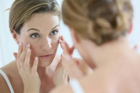 En kvinne som ser seg i speilet