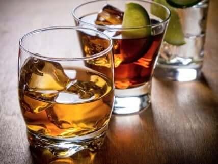 Selv om et glass vin av og til gir deg visse helsemessige fordeler, bør du venne deg til å drikke minst mulig alkohol.