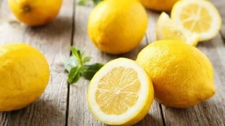 Sitroner som ligger på et bord.