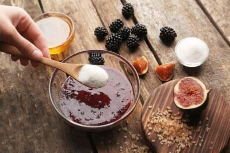Skrubb med bjørnebær, kokos og brunt sukker
