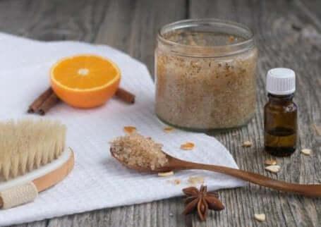 Skrubber laget med brunt sukker