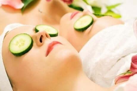 To kvinner som ligger med agurk over øynene