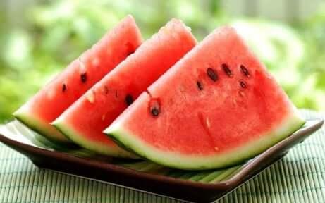 Vannmelonskiver som står på et bord.