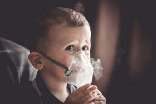 Et barn med oksygenmaske på