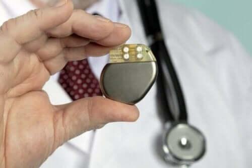 En lege som holder en pacemaker