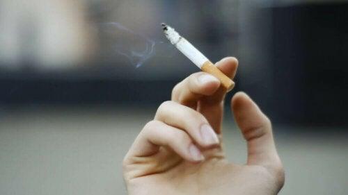 Hånd med sigarett.