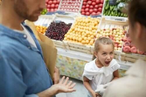 En jente som oppfører seg dårlig i matbutikken