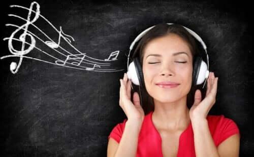 En kvinne som hører på musikk
