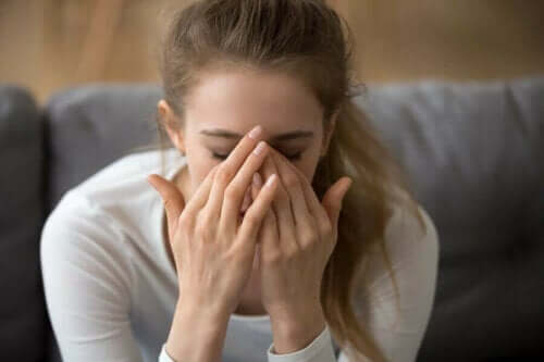 En kvinne som er engstelig fordi hun har lite serotonin