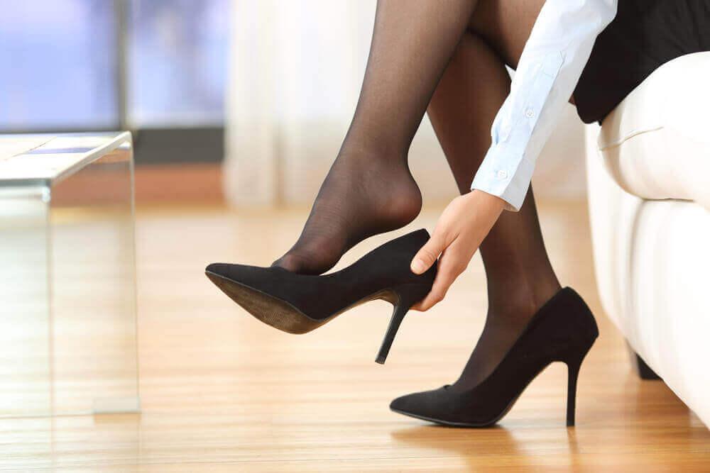 Bruk veldig høye hæler eller platåsko