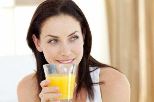Kvinne som drikker juice.