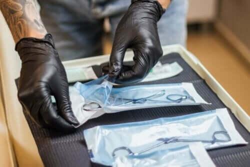 En person som håndterer steriliserte verktøy
