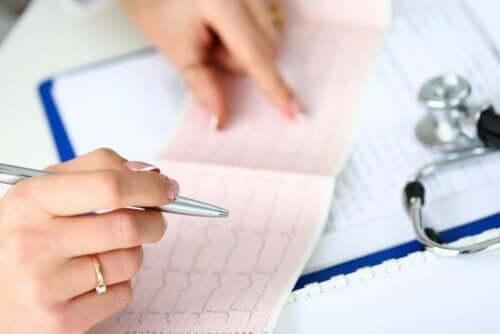 En person som leser et elektrokardiogram