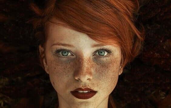kvinne med rød leppestift