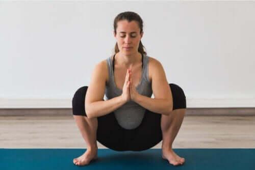En kvinne som gjør yoga