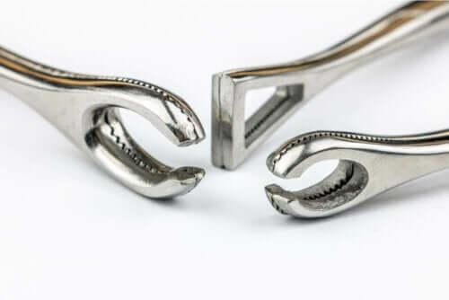 Tre verktøy som brukes til piercing