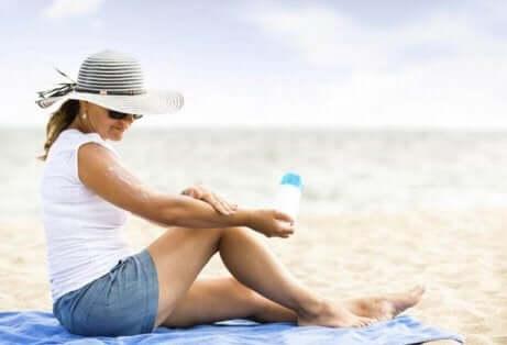 En kvinne som bruker solkrem
