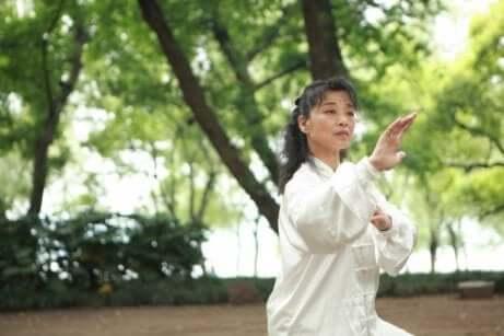 En kvinne som driver med kampsport i en park