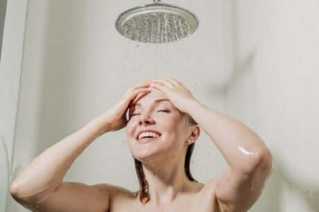 En kvinne som dusjer