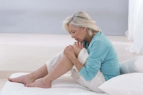 En kvinne som har betennelse i beinet.