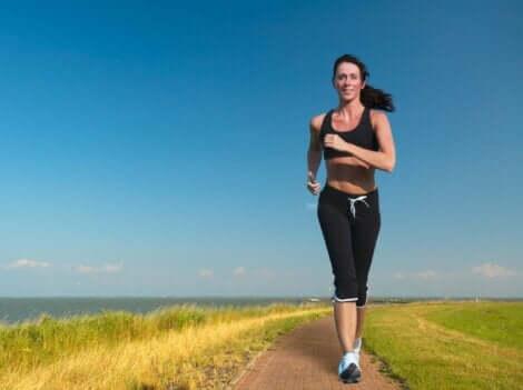 En kvinne som løper nær havet.