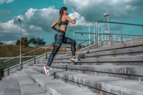 En kvinne som løper opp trapper.
