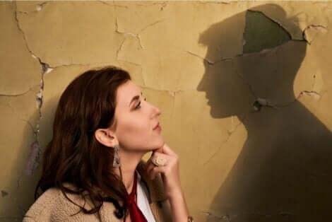 En kvinne som ser lengselende inn i silhuetten til eksen sin.