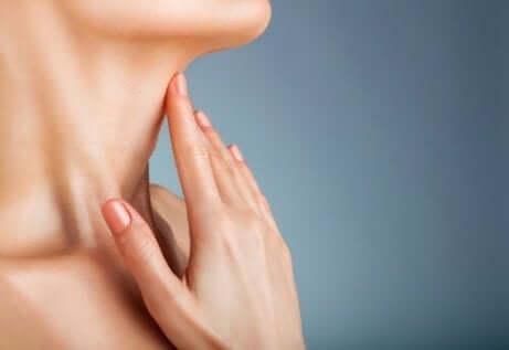 En kvinne som strekker halsen