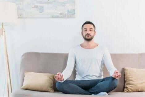 En mann som sitter og mediterer