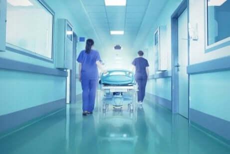 En person blir trillet inne på et sykehus