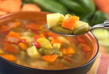 En skål med grønnsakssuppe