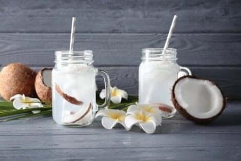 Et par glass kokosvann.