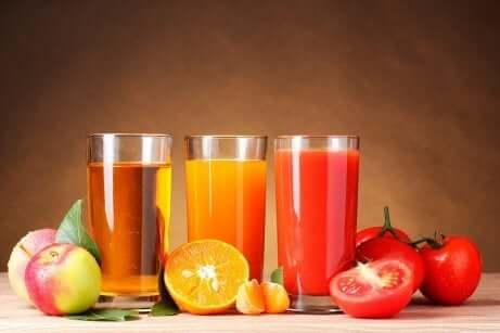 Fruktjuice i forskjellige farger
