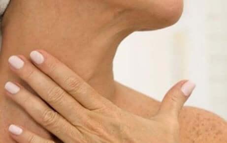Horisontale linjer på halsen