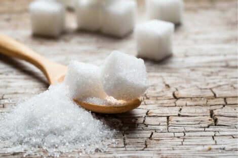 Hvite sukkerbiter på et bord.