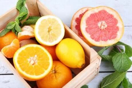 Sitrusfrukter i en trekasse