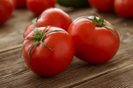 Tomater som ligger på et bord