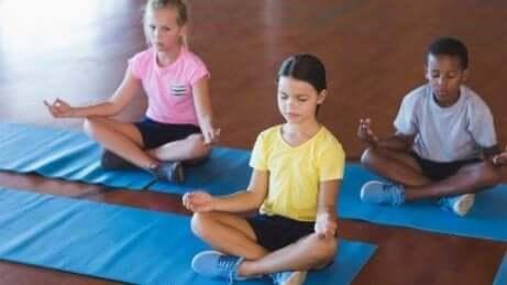 Tre barn som praktiserer mindfulness for barn