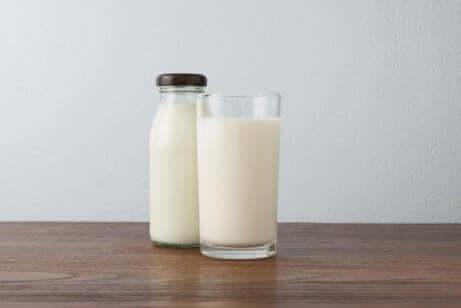 et glass og en flaske med melk