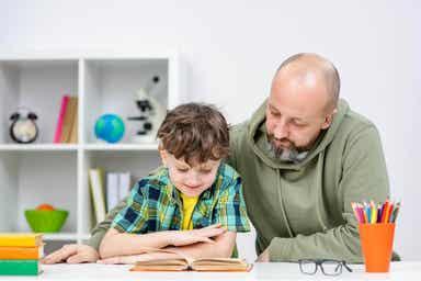 En far som gjør lekser med sønnen