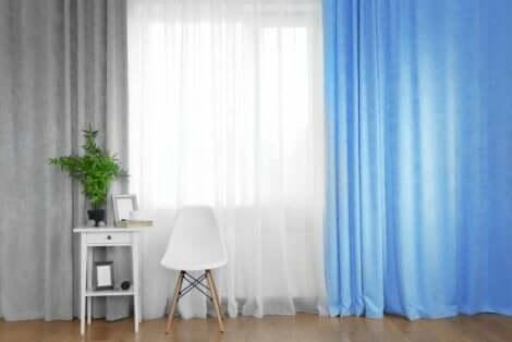 grå, hvite og blå gardiner i samme rom.