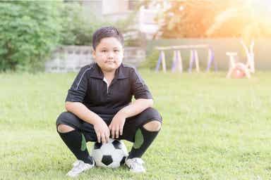 Et barn som spiller fotball