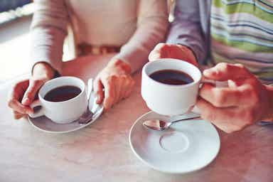 Et par som drikker kaffe