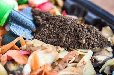 En person som lager kompost